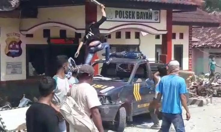 VIDEO: Warga Mengamuk di Mapolsek Bayah, Mobil Patroli ...