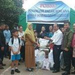 Keluarga Besar SD Swasta Santa Melania Sarudik Salurkan Bantuan untuk Korban Kebakaran