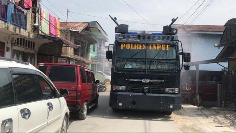 Polisi Taput Lakukan Penyemprotan Disinfektan