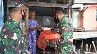 TNI Bagi Nasi Kotak di Sibolga