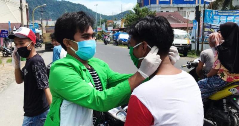Mahasiswa Bagikan Masker