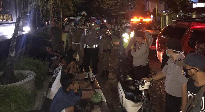 Polisi Bubarkan Kerumunan Warga