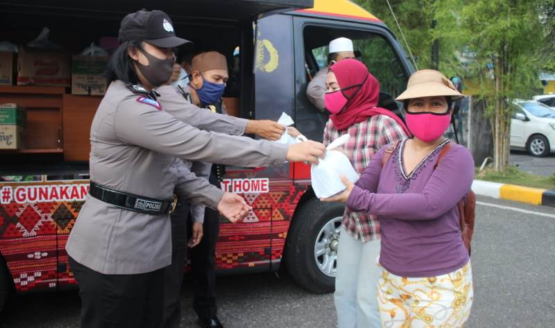 Polisi Bagi-bagi Takjil