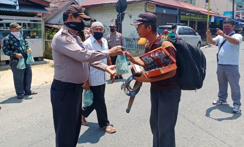 Polisi Bagi Nasi Bungkus di Sibolga