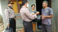 Polisi Bawa Sembako untuk Warga