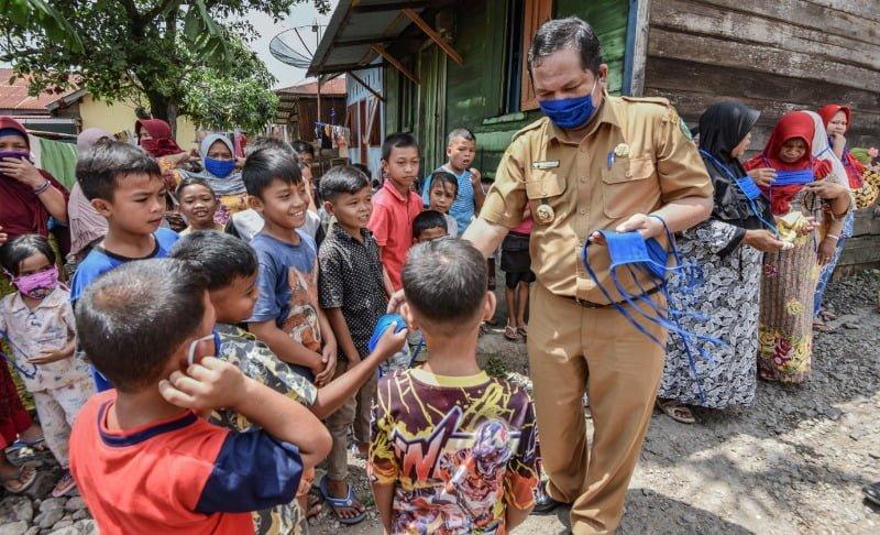 Wali Kota Padangsidimpuan Bagikan Masker ke Warga