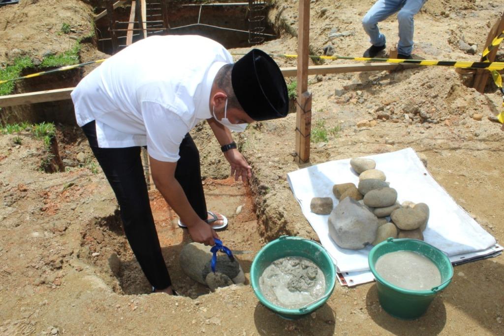 Bupati Tapteng Bakhtiar Ahmad Sibarani Letakkan Batu Pertama Pembangunan Renovasi Total Masjid Al-Huda Hutanabolon