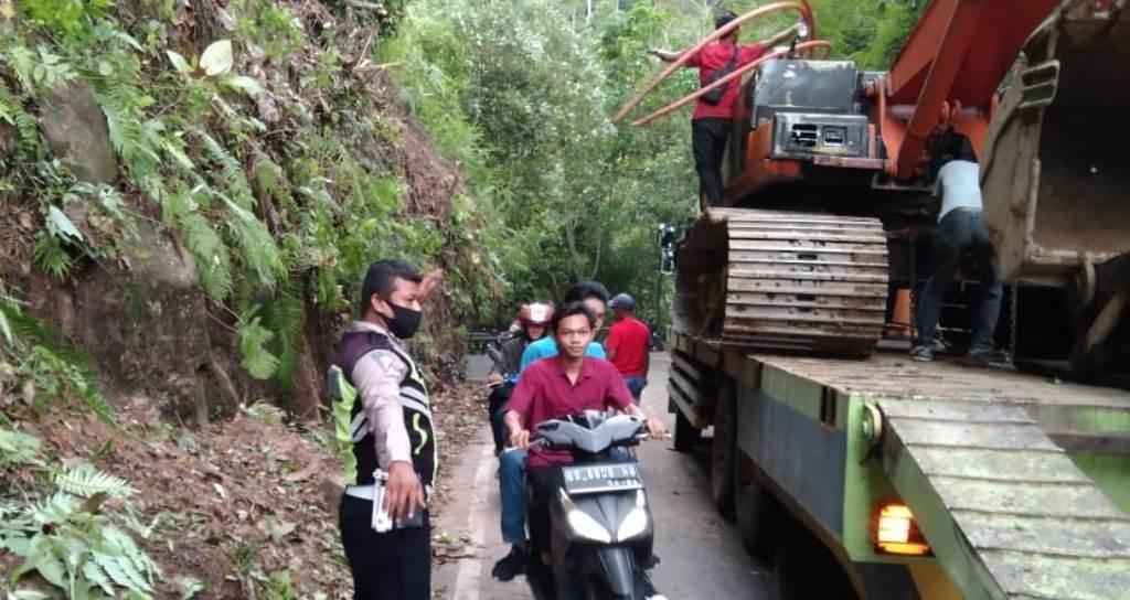 Petugas Sat Lantas Polres Tapteng Mengatur Arus Lalu Lintas di Lokasi.