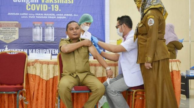 Bupati Tapteng Bakhtiar Ahmad Sibarani Terima Suntikan Vaksin COVID-19 Jenis Sinovac