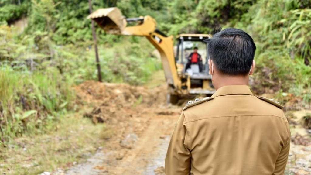 Wakil Bupati Humbahas, Oloan Paniaran Nababan Meninjau Lokasi Longsor