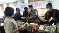 Deputy Branch Manager Alfamart Medan melihat produk kuliner UMKM Taput yang akan dikurasi