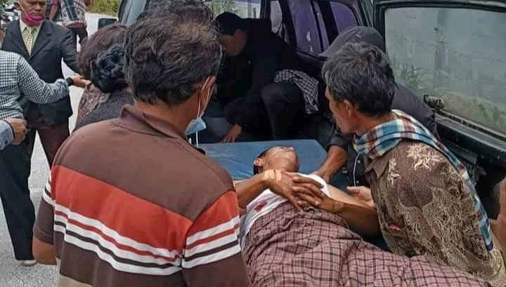 Pasien saat Dievakuasi ke Mobil Pribadi Gegara Ambulans Tak Bisa Distarter.
