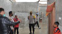 Kapolres Humbahas AKBP Ronny Nicolas Sidabutar mengunjungi korban angin puting beliung di Desa Matiti