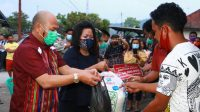 Bupati Taput Nikson Nababan dan Satika Simamora menyerahkan bantuan kepada korban kebakaran