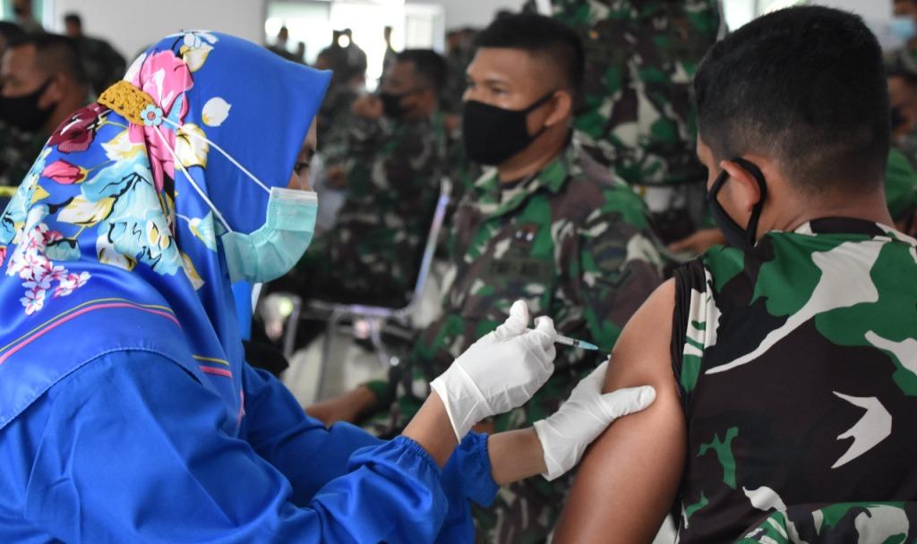 Korem 023/KS melaksanakan vaksinasi suntikan dosis kedua bagi personel militer dan PNS