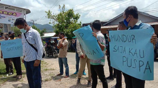 Puluhan orang yang tergabung dalam aliansi masyarakat anti korupsi menggelar aksi demo di kantor PDAM Mual Nauli Tapteng