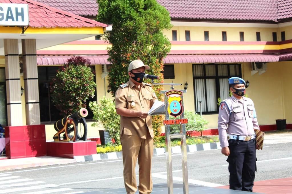 Wakil Bupati Tapteng, Darwin Sitompul bertindak sebagai Inspektur Upacara (Irup) pada Apel Kesiapsiagaan kebakaran lahan dan hutan (Karhutla) dan pembukaan perlombaan Kampung Tangguh