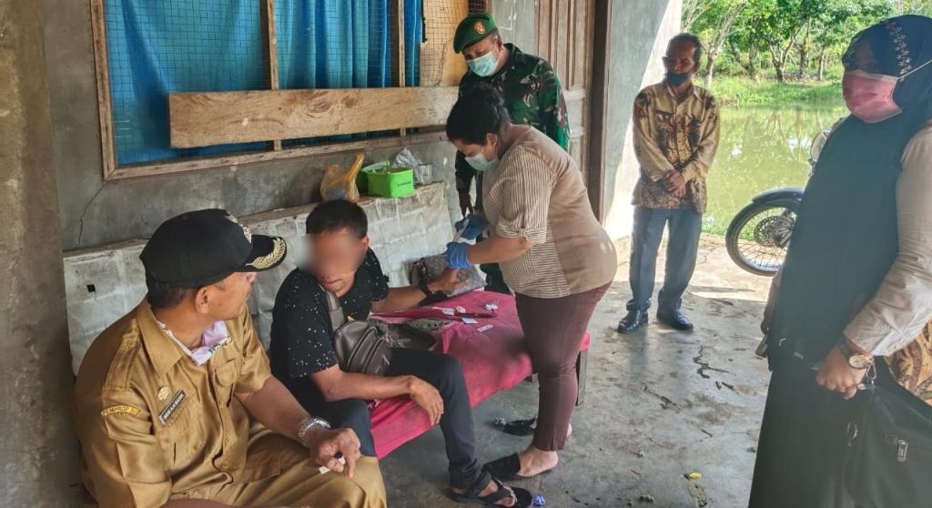 Camat Pinangsori, Beib Andy Haqiqi Manik dan Kepala UPTD Puskesmas (Kapus) Pinangsori Murni Ariani Harefa menyaksikan pemeriksaan kesehatan terhadap KPS selaku suami dari LAJ