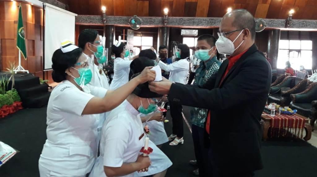 Ketua Yayasan Akper Taput Sabungan Parapat Memasang Cap kepada Mahasiswi.