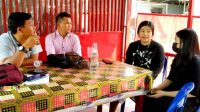 Ketua Relawan Perjuangan Demokrasi (Repdem) Taput bersama Sekretaris PWI Bonapasogit, Alfonso Situmorang bincang-bincang santai dengan beberapa siswi SMA soal keinginan pendirian Untara