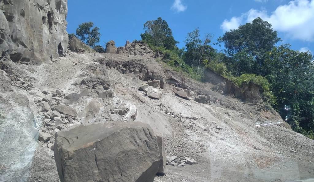Aktivitas penambangan Galian C di Jalan Nasional Sibolga-Tarutung di Kecamatan Sitahuis, Kabupaten Tapanuli Tengah (Tapteng), Sumatra Utara (Sumut)