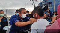 Ketua DPD Partai NasDem Tapteng, Bakhtiar Ahmad Sibarani Memakaikan Masker kepada Warga Disela-sela Pembagian Takjil di Depan Sekretariat Partai NasDem, Selasa sore 27 April 2021.