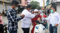 Ketua PWI Sibolga-Tapteng, Jason Gultom didampingi Sekretaris Preddy Situmorang dan Wakil Ketua Haris Sikumbang, membagikan masker dan takjil kepada pengendara.