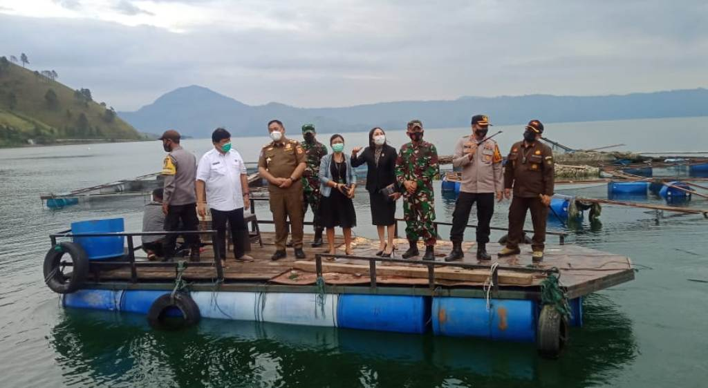 Danrem 023/KS, Kolonel Inf Febriel B Sikumbang, bersama Forkopimda Kabupaten Dairi meninjau pelaksanaan penertiban Keramba Jaring Apung di sekitar Danau Toba, Kamis (29/4/2021).