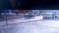 Pelaku Membawa Sepeda Motor Terekam CCTV