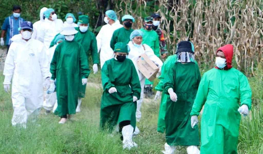 Ketua Tim Penggerak (TP) PKK Kabupaten Tapanuli Utara (Taput), Satika Simamora bawa bantuan obat dan gizi serta makanan kepada warga Dusun Hutagurgur Desa Aek Tangga, Kecamatan Garoga, Sabtu (22/5/2021). (Foto: dok_istimewa)
