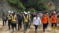 Gubernur Sumut Edy Rahmayadi dan Kapolda Sumut Irken Pol Panca Putra meninjau lokasi bencana alam longsor di kawasan PLTA Batang Toru Kecamatan Marancar, Minggu (2/5/2021).