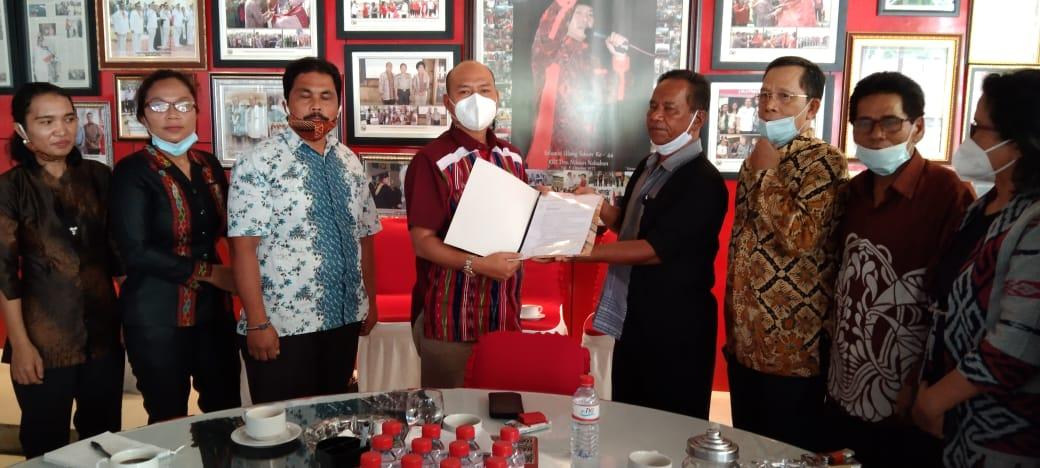 Bupati Taput Nikon Nababan Menerima Surat Dukungan dari Dewan Pendidikan Taput.