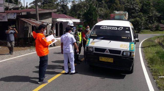 T, Tapteng – Polres Tapteng bersama instansi terkait memeriksa penumpang mobil pribadi dan angkutan umum serta pengendara sepeda motor yang akan memasuki wilayah Kabupaten Tapanuli Tengah (Tapteng), Sumatra Utara (Sumut).