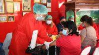 Bupati Taput Nikson Nababan didampingi Kadis Kesehatan Alex Gultom dan Kadis Pendidikan Bontor Hutasoit, canangkan vaksinasi COVID-19 bagi 1000 guru PAUD dan SD.