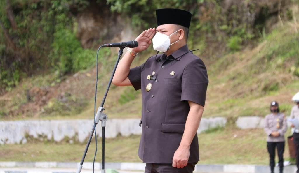 Bupati Taput, Nikson Nababan Irup Apel Gelar Pasukan Operasi Ketupat Toba 2021 di Lapangan Tangsi Tarutung, Rabu (5/5/2021). (Foto: dok_istimewa)