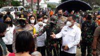 Pangdam I/BB, Mayjen TNI Hassanudin, bersama Kapolda Sumut, Irjen Pol Panca Putra Simanjuntak meninjau pelaksanaan vaksinasi massal di Pendopo Kantor Bupati Tobasa, Jl Sutomo Pagarbatu, Jumat (7/5/2021).