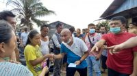 Wakil Ketua DPRD Sumut, Rahmansyah Sibarani Didampingi Camat Tapian Nauli, Rinaldy Siregar Memberikan Bantuan kepada para Korban Kebakaran di Mela I, Tapteng.