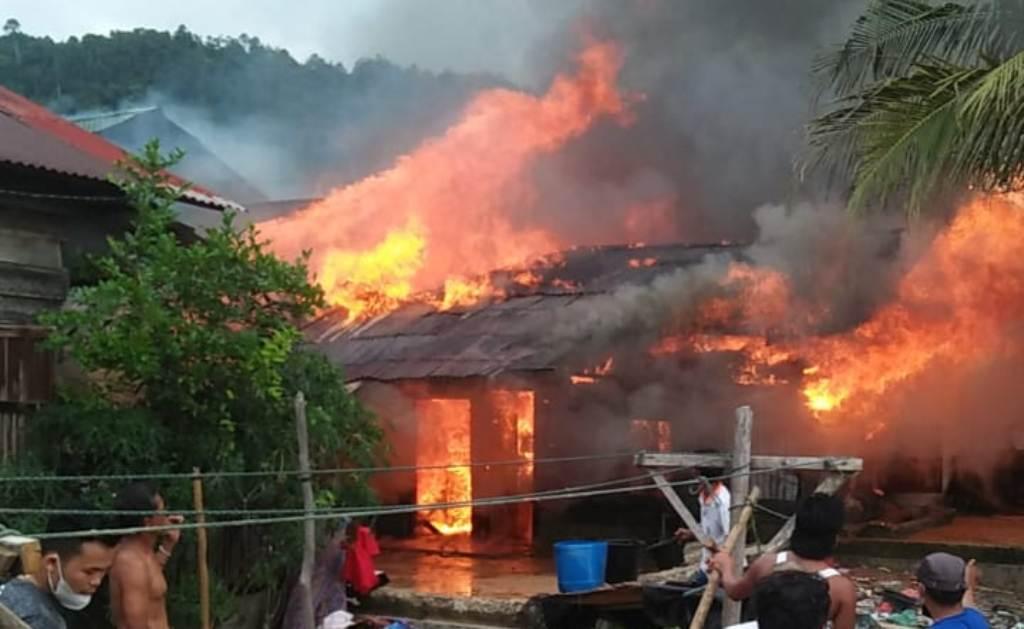 Kebakaran Rumah di Mela I, Kecamatan Tapian Nauli, Kabupaten Tapteng, Sumatra Utara, Minggu sore 9 Mei 2021.