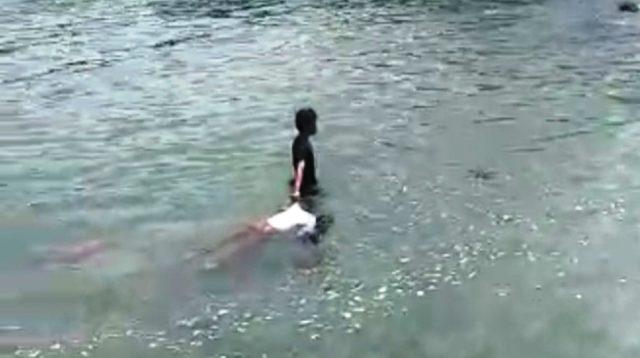 Laki-laki menarik tubuh perempuan dari Laut di Sibolga. (Screenshot)