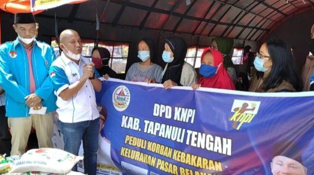 DPD KNPI Kabupaten Tapanuli Tengah (Tapteng) menyerahkan bantuan kepada korban kebakaran yang terjadi di Kelurahan Pasar Belakang, Kecamatan Sibolga Kota, Kota Sibolga, dan di Desa Mela I, Kecamatan Tapian Nauli, Tapteng, Sumatra Utara (Sumut), Senin (10/5/2021).