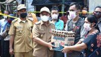 Wakil Bupati Tapteng Darwin Sitompul Menyerahkan Bantuan kepada Korban Kebakaran Rumah di Desa Mela I, Kecamatan Tapian Nauli. (Foto: dok_istimewa)