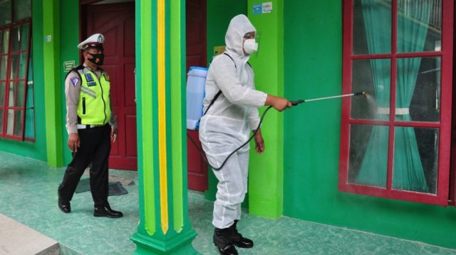 Polres Humbahas melakukan penyemprotan cairan disinfektan secara serentak di Kecamatan Doloksanggul dan Kecamatan Lintongnihuta, Kabupaten Humbahas, Selasa pagi (11/5/2021).