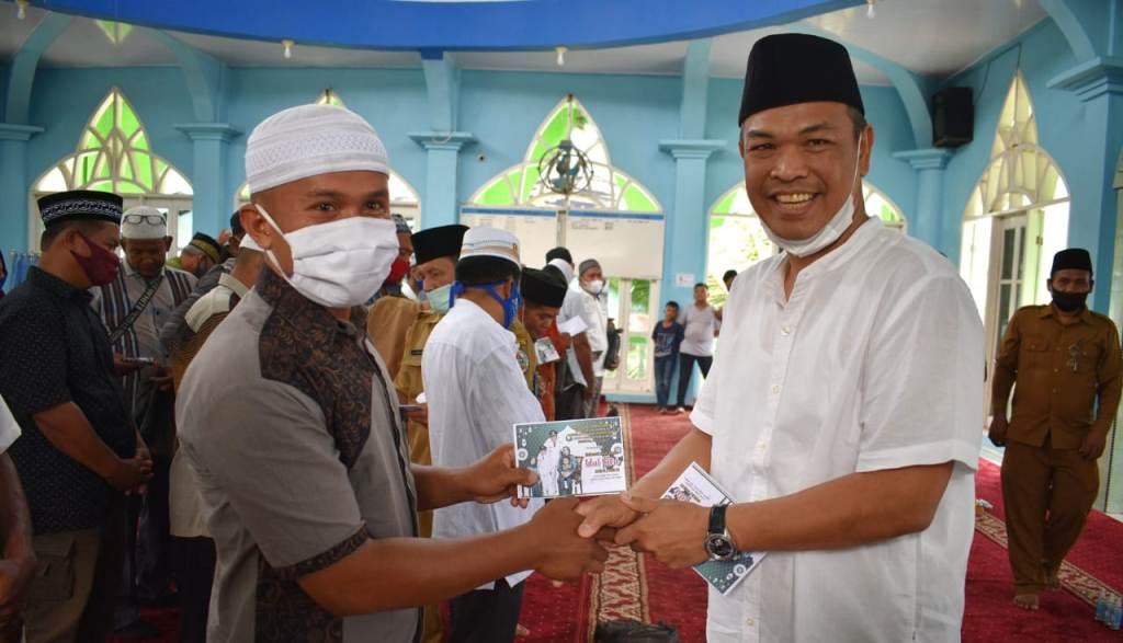Menyambut Hari Raya Idul Fitri 1442 Hijriah, Bupati Tapteng, Bakhtiar Ahmad Sibarani serahkan bantuan Infag kepada 300 orang Badan Kemakmuran Masjid (BKM) di 60 masjid di tiga kecamatan di Kabupaten Tapteng, Sumatra Utara (Sumut).