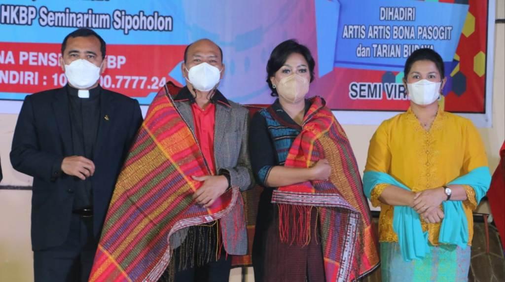 Bupati Taput Drs Nikson Nababan dan istri Satika Simaora Foto Bersama Ephorus HKBP Pdt. Dr. Robinson Butarbutar. (Dok_Istimewa)