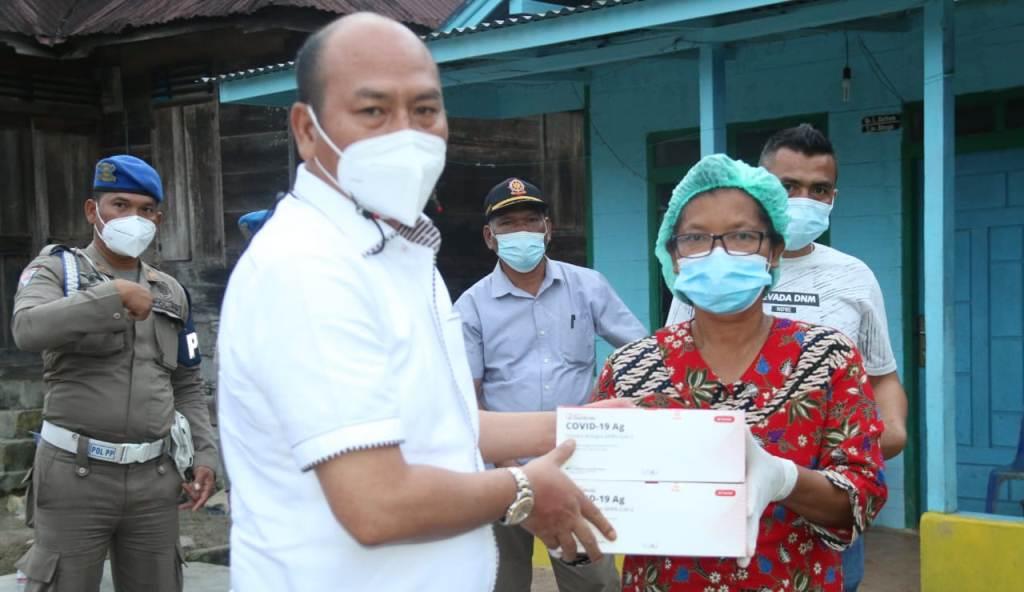 Bupati Taput Nikson Nababan Serahkan Bantuan kepada Warga Desa Batu Manumpak Dusun III Hulu Ni Huta, Kecamatan Pangaribuan, Rabu (26/5/2021). (Foto: dok_istimewa)