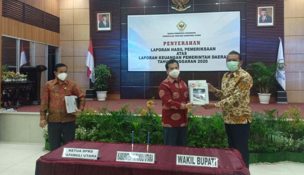 Bupati Nikson Nababan Diwakili Wakil Bupati Taput Sarlandy Hutabarat menerima Opini Wajar Tanpa Pengecualian (WTP), di Medan, Kamis (27/5/2021). (Foto: dok_istimewa)