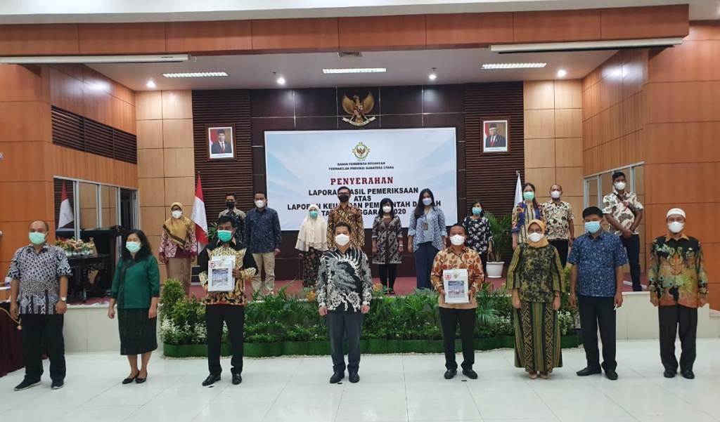 Wakil Bupati Tapteng Darwin Sitompul saat Menerima Opini WTP di Medan. (Foto: dok_istimewa)