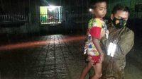 Petugas Evakuasi Seorang Anak dari Rumah yang Digenangi Banjir. (Foto: dok_istimewa)
