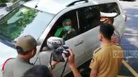 Wali Kota Solo Gibran Rakabuming Raka terlibat debat dengan penumpang mobil pelat B di pos penyekatan pemudik di Pospam Jurug, Solo, Senin (10/5/2021).