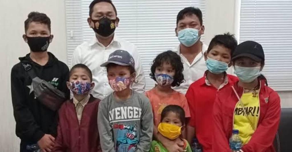 Foto anak-anak almarhum Rianto Simbolon bersama pengacara. (dok_istimewa)